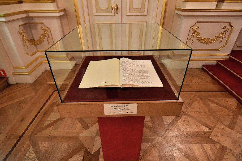 3243px-Kopia_Konstytucji_3_maja_Sala_Senatorska_Zamku_Królewskiego_w_Warszawie.jpeg