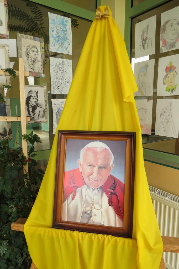 Dziń papieski wystawa.jpeg