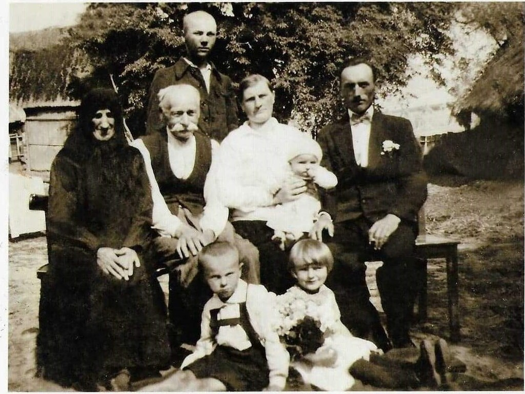 Piotr Twardoń (drugi od lewej) z żoną Małgorzatą, córką Marianną i jej mężem w Kukowie.jpeg