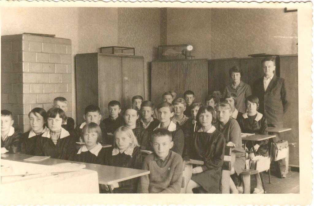 Zdjęcie Pana Tadeusz Franka i nauczycielki Czesławy Marchewki z uczniami rocznik 1954.jpeg