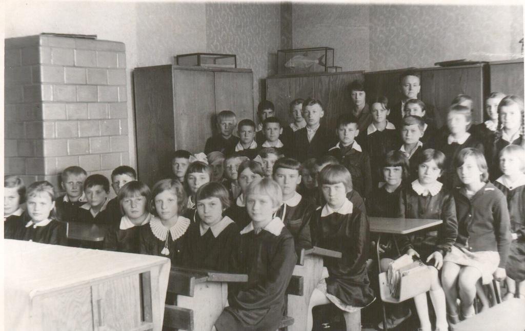 Pan Tadeusz Franek i nauczycielka Czesława Marchewka z uczniami rocznik 1956.jpeg