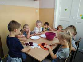 Galeria Grupa starszaków piecze ciasto czekoladowe z buraczkami