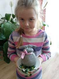 Galeria Uczniowie klasy II wykonują wielkanocne kogutki i zajączki