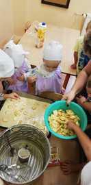 Galeria W sadzie i ogrodzie czyli przedszkolaki pieką ciasto z jabłkami