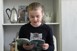 """Galeria Uczniowie klasy III czytają książkę """"Karolcia"""""""