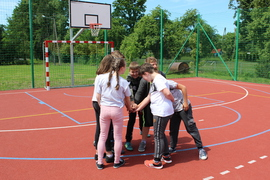Galeria Klasa V gra w piłkę koszykową