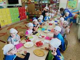 Galeria Przedszkolaki przygotowują sałatki owocowe i kanapki.